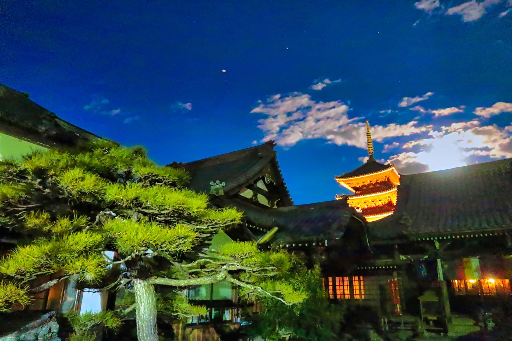 夜の円通寺と五重塔